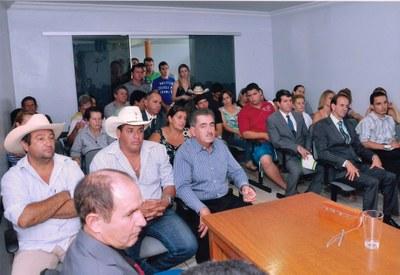 População assistindo à eleição da diretoria